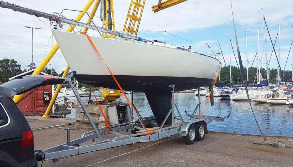 Segelbåtstrailer med båt