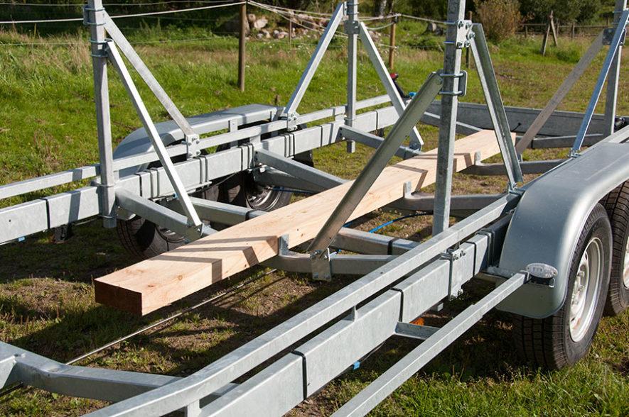 Kölplanka på segelbåtstrailer